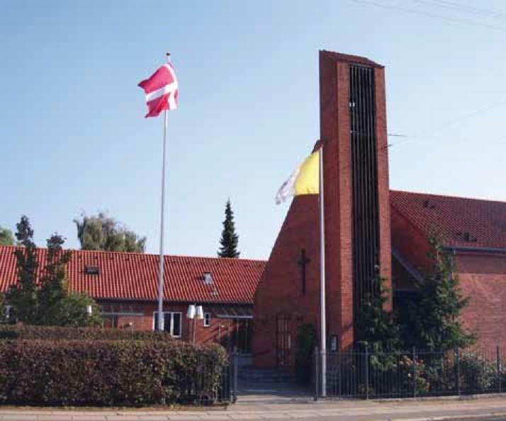 kirken-med-dannebrog-og-vatikanets-flag